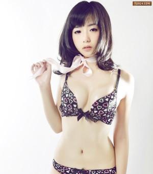 日本性感可爱模特诱人内衣高清写真