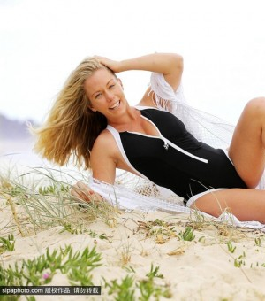 超模肯德拉穿深V泳装海滩秀性感身材