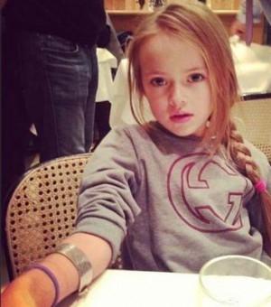 俄9岁美少女成国际超模 五官精致似洋娃娃