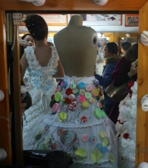 成都大学生用废纸做婚纱呼吁环保