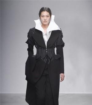 2015巴黎时装周秋冬:Aganovich 品牌秀场 夸张的衣