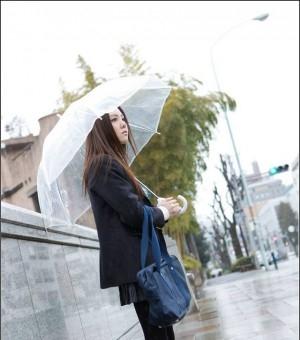 细雨绵绵下的冷艳学生妹